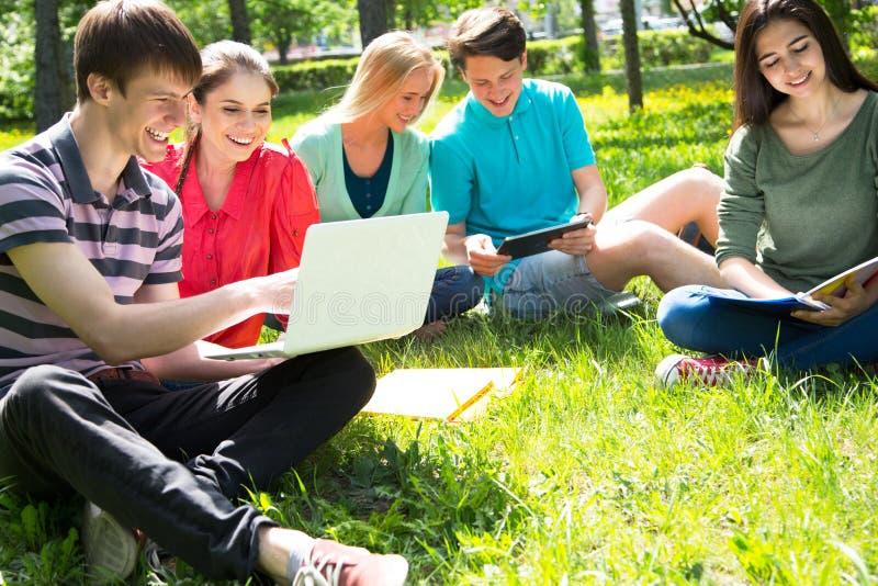 Gruppe Studenten, die sich zusammen für die Prüfung vorbereiten lizenzfreie stockbilder