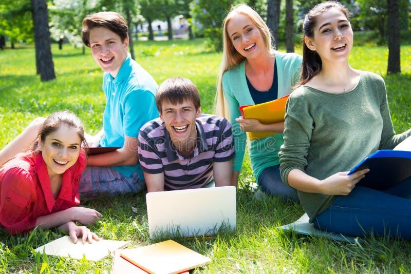 Gruppe Studenten, die sich zusammen für die Prüfung vorbereiten lizenzfreie stockfotos
