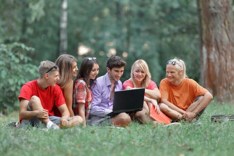 Gruppe Studenten, die zusammen auf dem Campus Grund studieren lizenzfreies stockbild