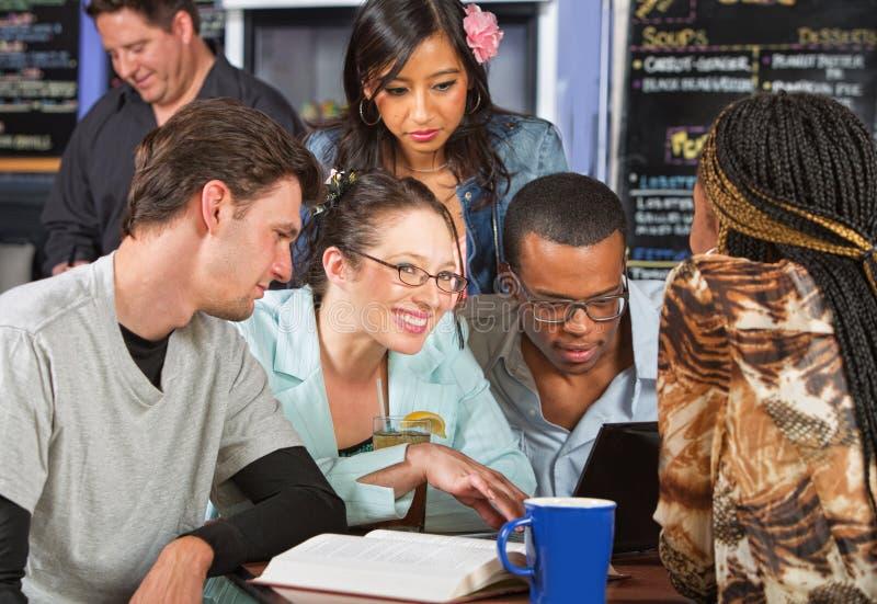 Gruppe Studenten im Kaffeehaus lizenzfreie stockfotos