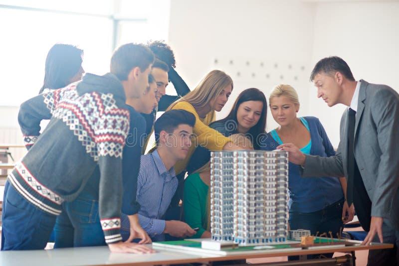 Gruppe Studenten mit Lehrer auf Klasse lizenzfreie stockbilder