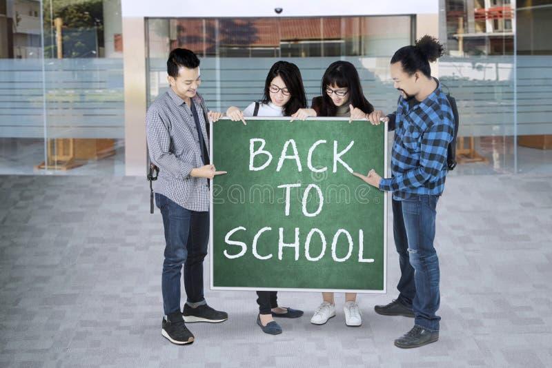 Gruppe Studenten mit zurück zu Schule stockbild