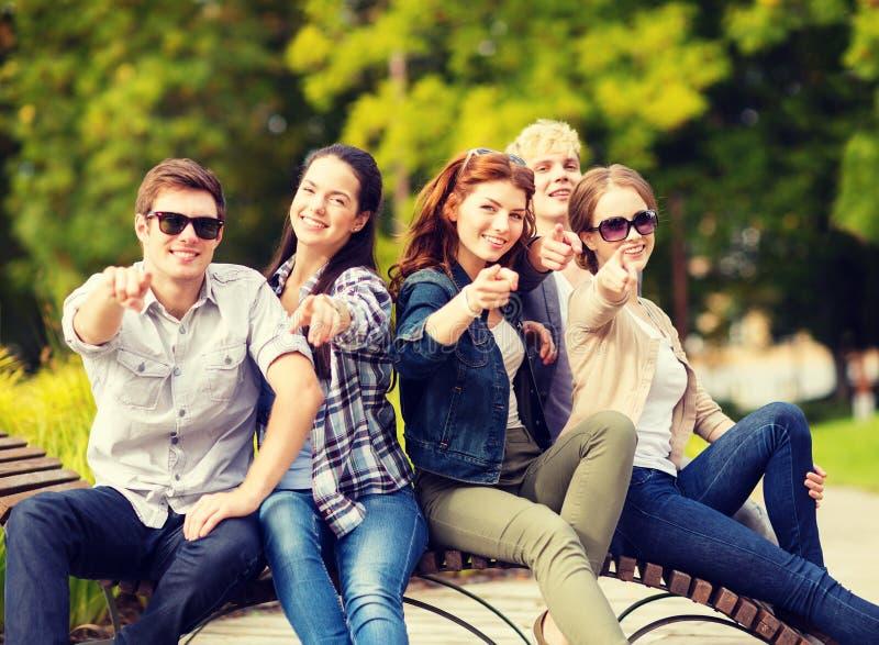 Gruppe Studenten oder Jugendliche, die Finger zeigen stockbilder