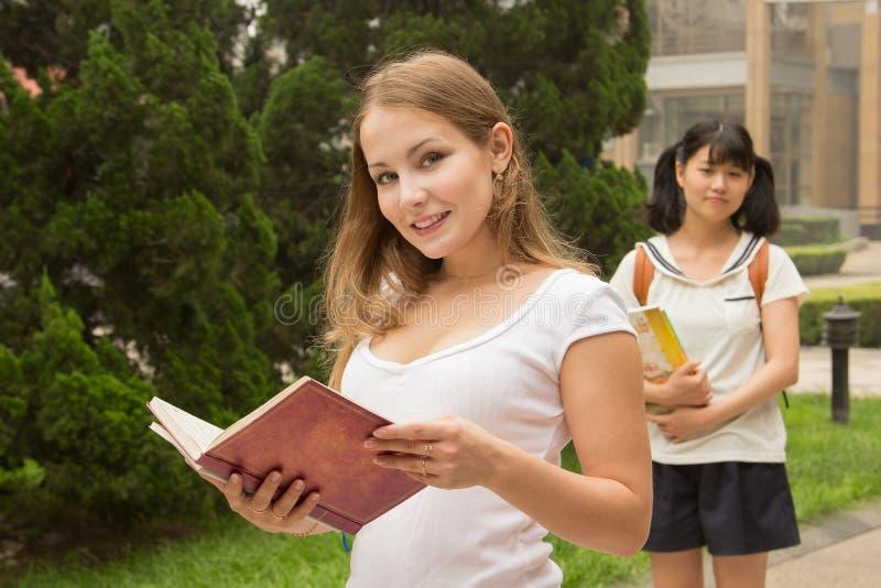 Gruppe Studentenmädchen im Universitätsgelände stockbilder