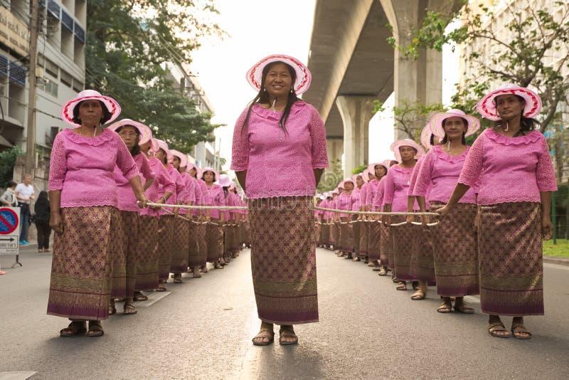 Gruppe thailändischer gebürtiger Lebensstil die Leute kleidend, die ein Seil tragen stockbild