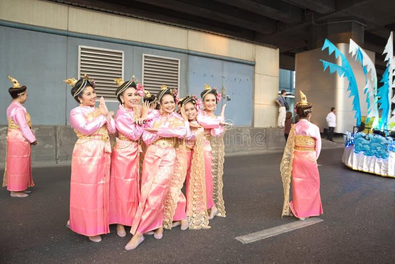 Gruppe thailändischer gebürtiger Lebensstil die Leute kleidend, die zum Fotografen aufwerfen stockfotos