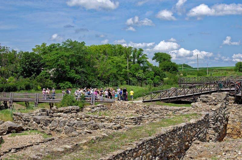 Gruppe Touristen besucht die Aushöhlung der altgriechischen Stadt Archäologisches Museum Tanais, Russland 13. Juni 2016 stockfoto