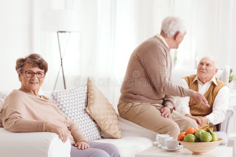 Gruppe trinkender Tee der älteren Leute stockfoto