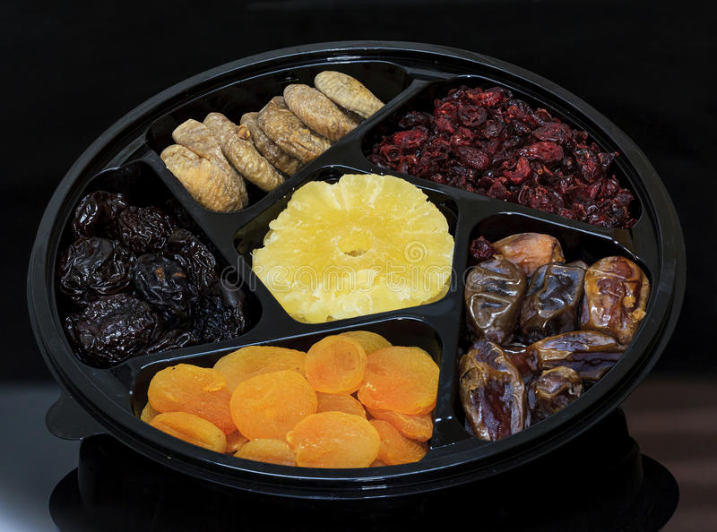 Gruppe Trockenfrüchte für Feiertag Tu Bishvat Aprikose, Feige, Palme und Pflaume, Blaubeere und Ananas stockbild