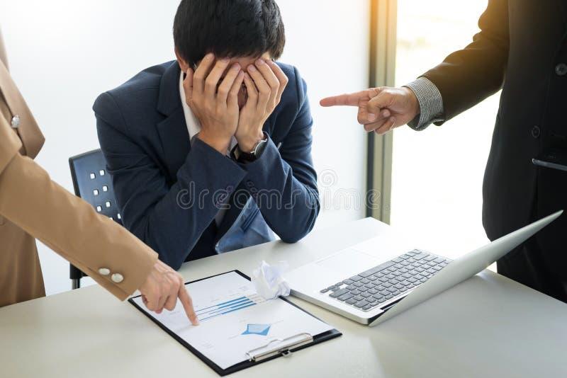 Gruppe verärgerte Geschäftsleute, die männlichen Kollegen in der Sitzung tadeln stockbild
