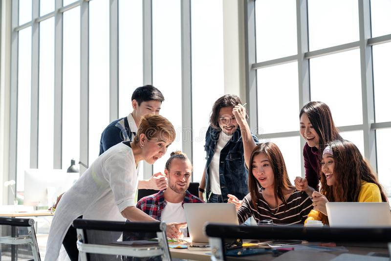 Gruppe Verschiedenartigkeits-Leute Team das Lächeln und in der Erfolgsarbeit mit Laptop im modernen Büro aufgeregt lizenzfreies stockfoto