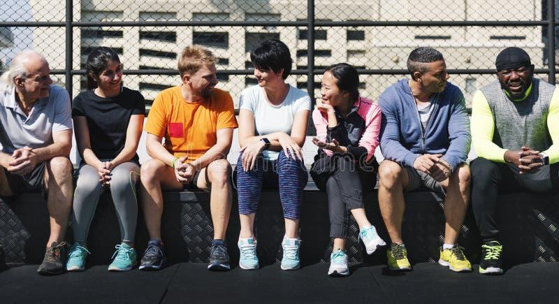 Gruppe verschiedene Athleten, die zusammen sitzen stockfoto