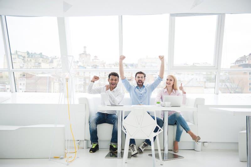 Gruppe verschiedene Designer in ihrem modernen Büro lizenzfreies stockfoto