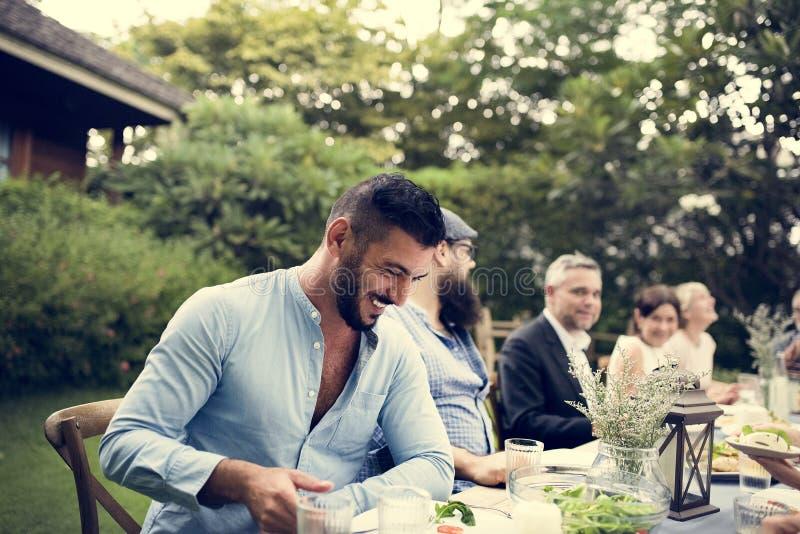 Gruppe verschiedene Freunde, die zu Abend essen stockfotos