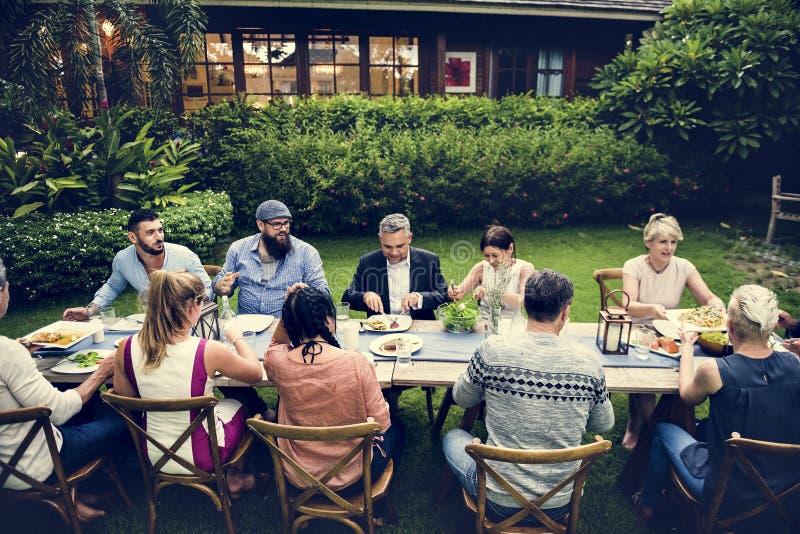 Gruppe verschiedene Freunde essen zusammen zu Abend stockfoto