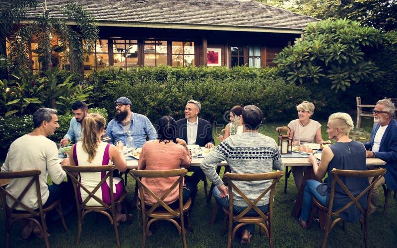Gruppe verschiedene Freunde essen zusammen zu Abend stockbilder