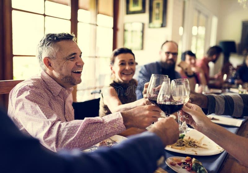 Gruppe verschiedene Freunde feiern zusammen lizenzfreie stockfotos