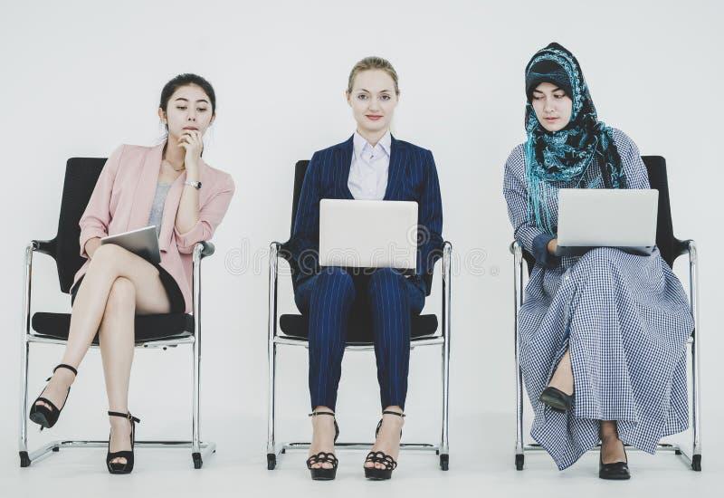 Gruppe verschiedene Geschäftsfrauen, die im Team arbeiten lizenzfreie stockfotografie