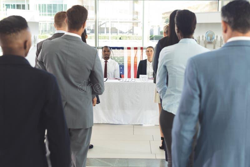 Gruppe verschiedene Geschäftsleute, die auf Interview in der Firma warten stockfotos