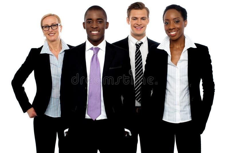 Gruppe verschiedene Geschäftsleute in einer Zeile lizenzfreies stockbild