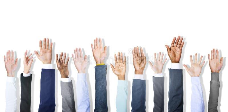 Gruppe verschiedene Hände der Geschäfts-Leute angehoben stockfotos