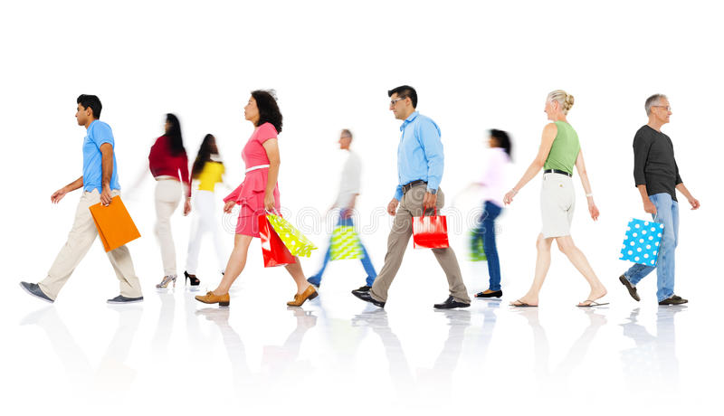 Gruppe verschiedene Leute, die mit Einkaufstaschen gehen lizenzfreie stockbilder