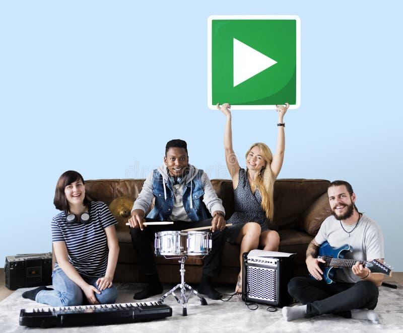Gruppe verschiedene Leute, die Musik spielen lizenzfreie stockbilder