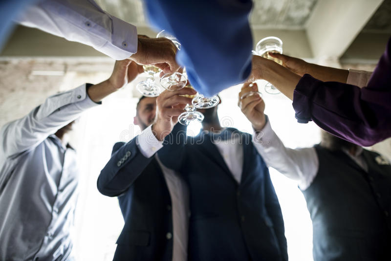Gruppe verschiedene Leute-klirrende Wein-Gläser zusammen Congratul lizenzfreies stockbild