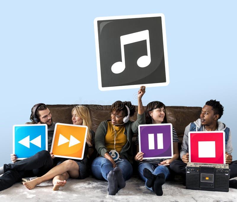 Gruppe verschiedene Leute mit Musikikonen lizenzfreies stockbild