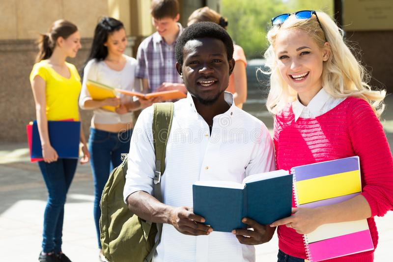 Gruppe verschiedene Studenten draußen lizenzfreie stockfotos