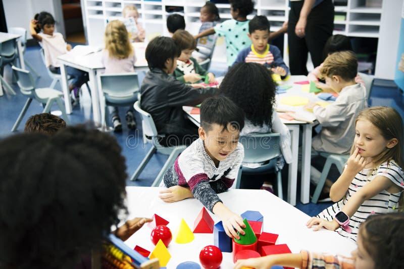 Gruppe verschiedene Studenten am Kindertagesstätte lizenzfreie stockfotos