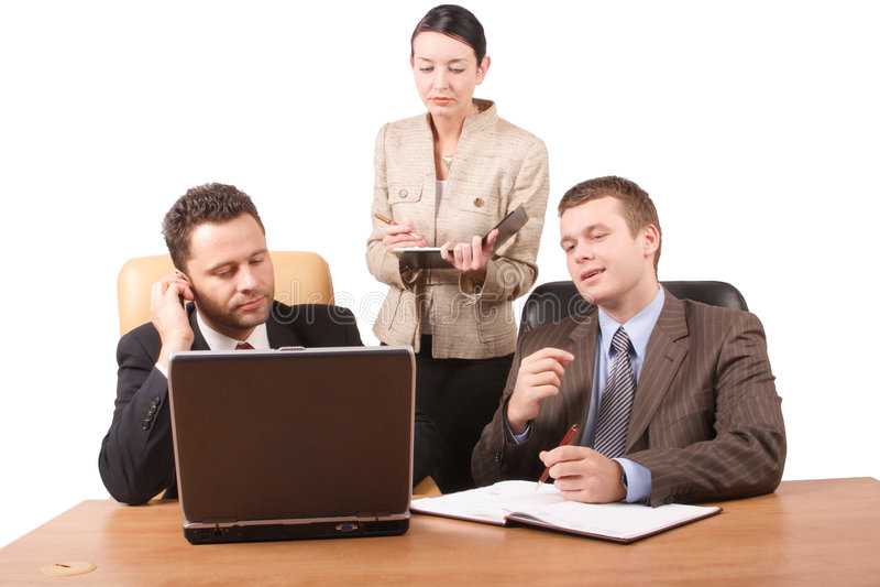 Gruppe von 3 Geschäftsleuten, die zusammen mit Laptop im Büro - horizontale 2, getrennt arbeiten stockbild