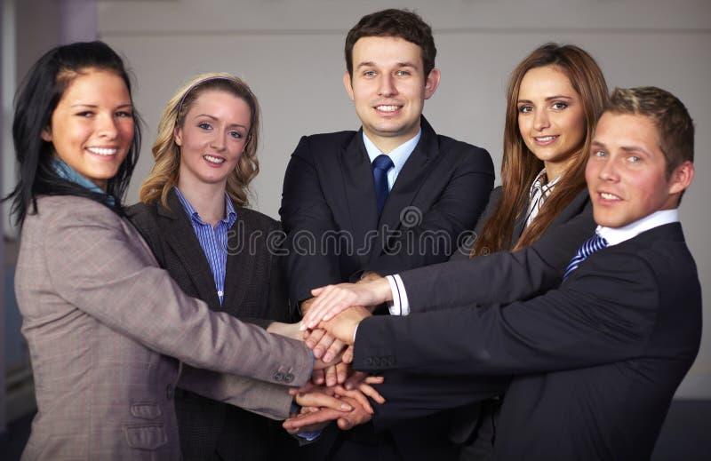 Gruppe von 5 Wirtschaftlern, von Einheit und von Teamwork stockbild