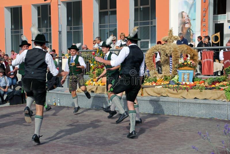 Gruppe von bemannt Tanz im Bayern lizenzfreie stockfotos