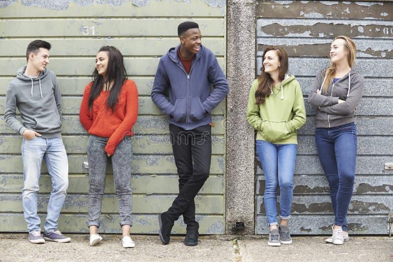 Gruppe von den Jugendlichen, die heraus in der städtischen Umwelt hängen lizenzfreies stockbild