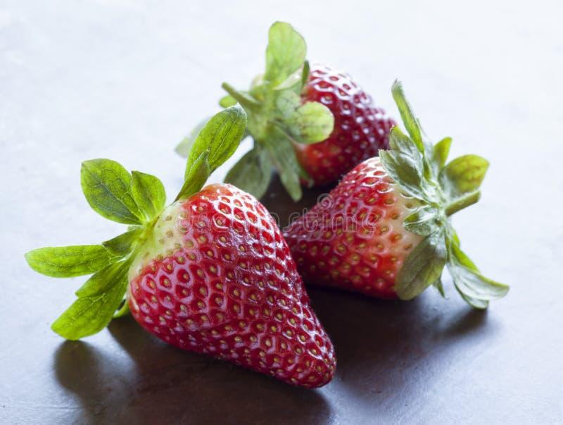 Gruppe von drei Erdbeeren stockbilder