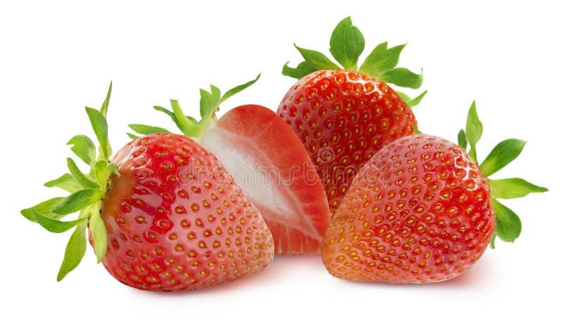 Gruppe von drei ganzen Erdbeeren und Hälfte auf Weiß stockfoto
