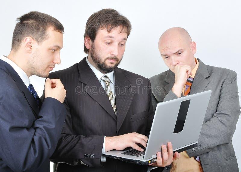 Gruppe von drei jungen Geschäftsmännern stockfoto