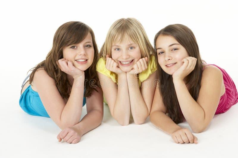 Gruppe von drei jungen Mädchen im Studio lizenzfreie stockfotos
