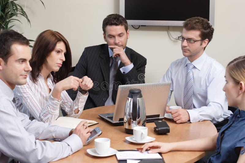 Gruppe von fünf Geschäftsleuten lizenzfreie stockfotos