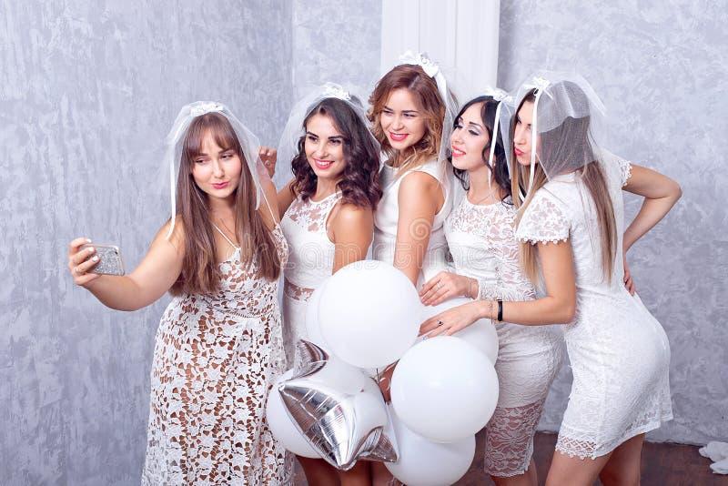 Gruppe von fünf glücklichen eleganten Freundinnen lizenzfreies stockfoto
