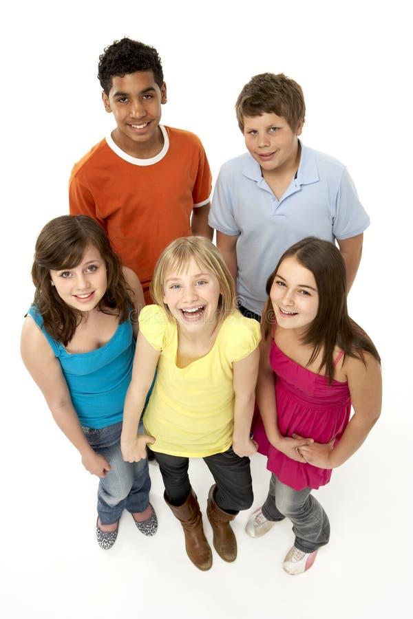 Gruppe von fünf jungen Kindern im Studio stockbilder