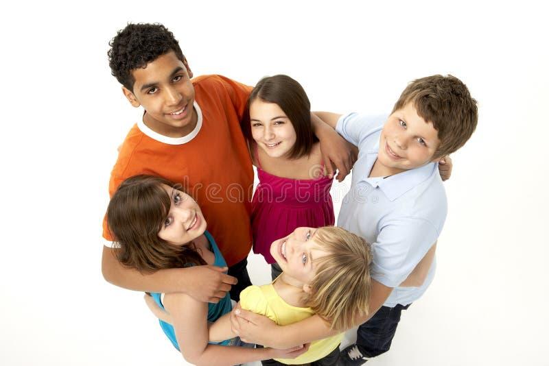 Gruppe von fünf jungen Kindern im Studio lizenzfreie stockfotos