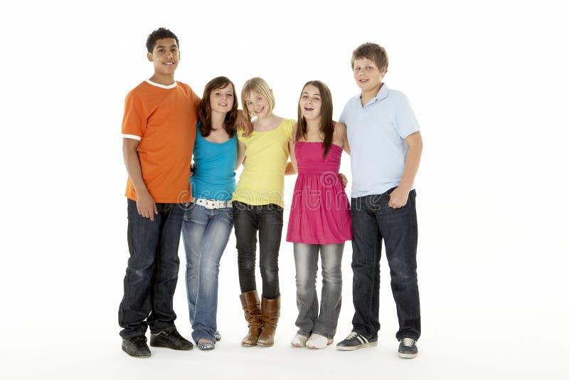 Gruppe von fünf jungen Kindern im Studio lizenzfreie stockbilder