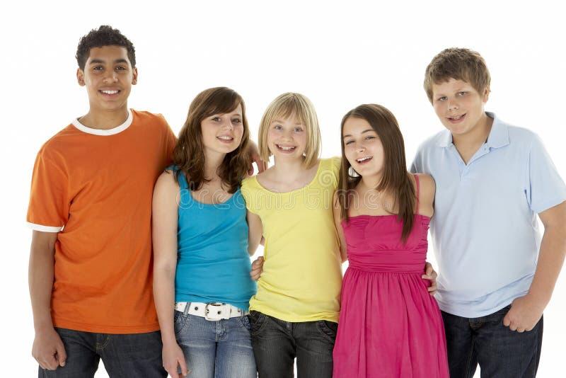 Gruppe von fünf jungen Kindern im Studio stockbild
