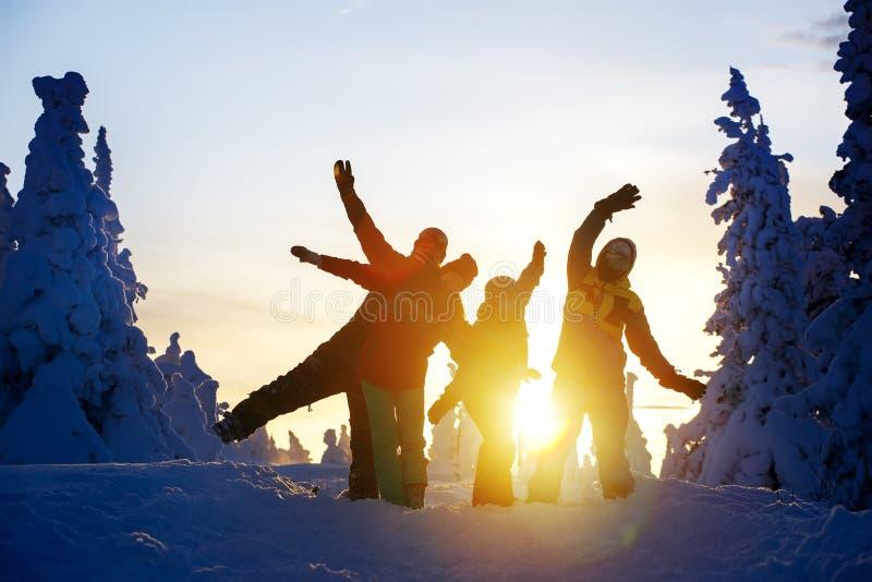 Gruppe von Freunden Snowboarder, die sich auf der Bergspitze amüsieren lizenzfreie stockfotos