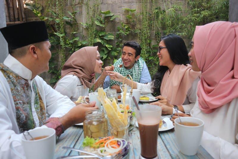 Gruppe von glücklichem jungem moslemischem, zu Abend essend im Freien während Ramadans lizenzfreie stockfotos
