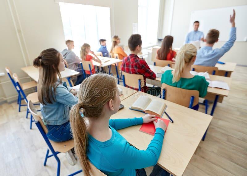 Gruppe von hohen Schülern und von Lehrer lizenzfreie stockfotos