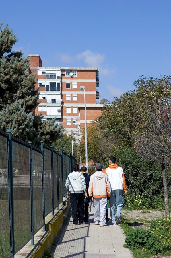 Gruppe von Jugend oder von Hoodies gehend durch eine Stadt stockbild