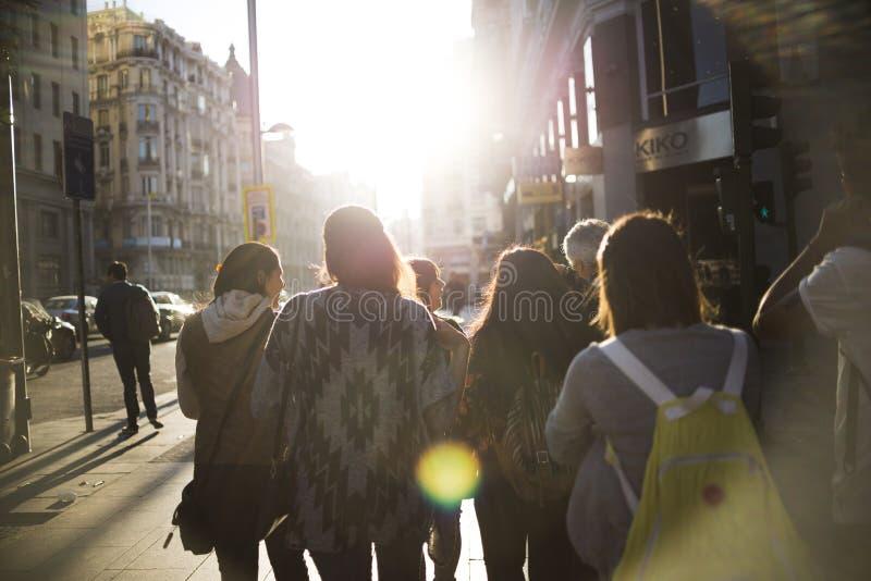 Gruppe von jungen Leuten und von Stadt stockbilder